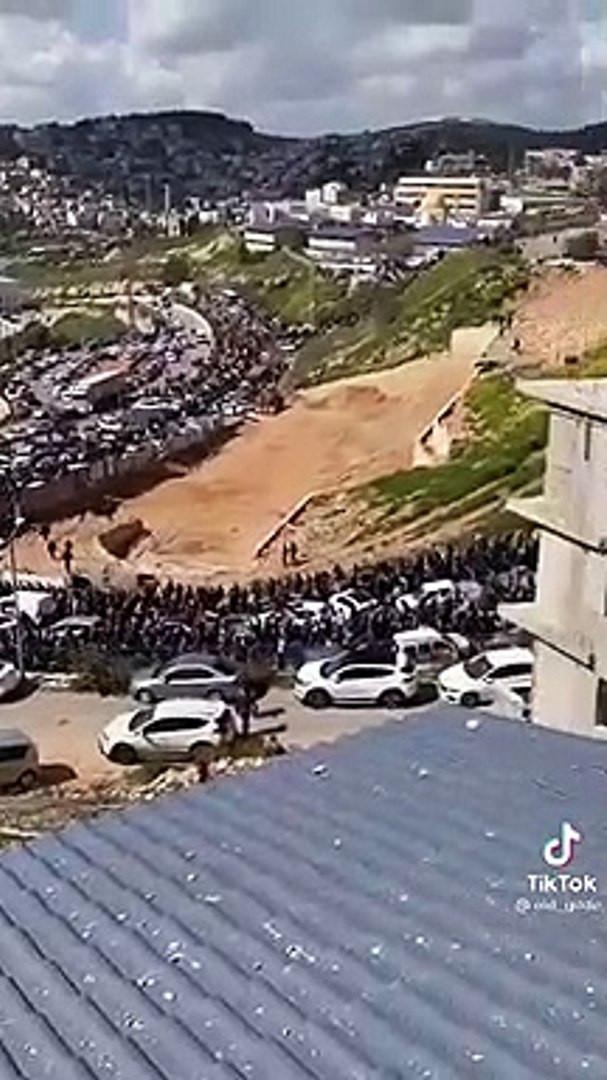 Binlerce Filistinli Mescid-i Aksa'ya  yürüdü