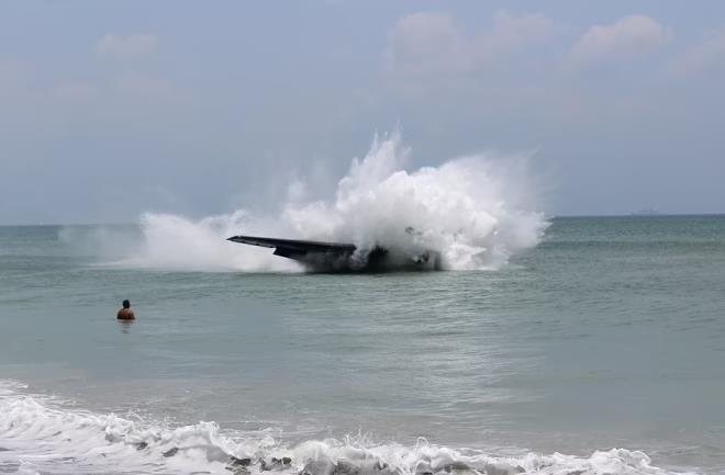 İnanılmaz görüntüler: Savaş uçağı, denizde yüzen insanların arasına düştü - Resim: 4
