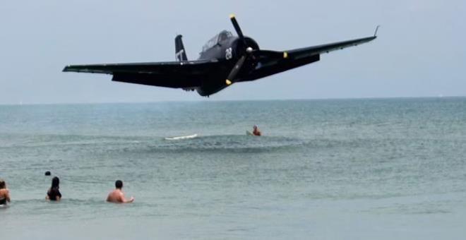 İnanılmaz görüntüler: Savaş uçağı, denizde yüzen insanların arasına düştü - Resim: 3
