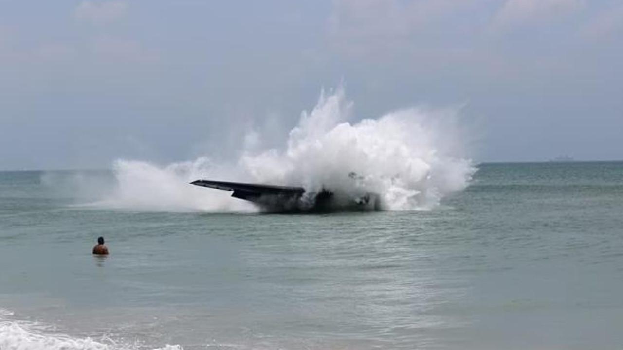 İnanılmaz görüntüler: Savaş uçağı, denizde yüzen insanların arasına düştü