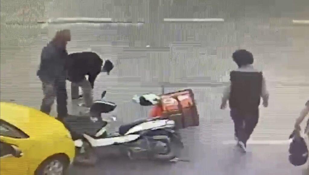 Herkes kaza yapan motosiklet sürücüsüne yardıma gitti sandı ama - Resim: 1