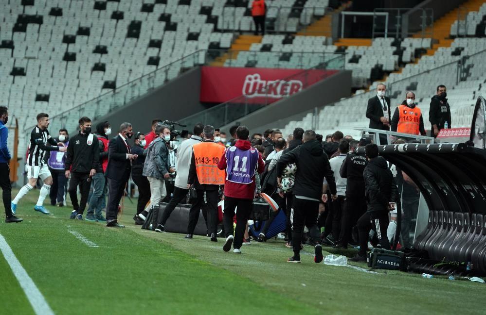 Beşiktaş - Fatih Karagümrük maçı sonrası saha kenarı fena karıştı