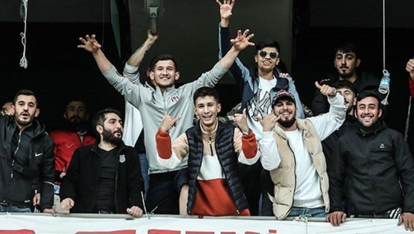 Beşiktaş - Fatih Karagümrük maçında tribünde taraftar sürprizi