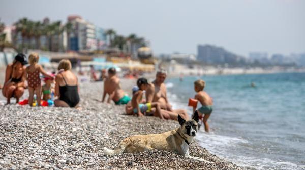Antalya'da turistler sahili doldurdu - Resim: 1