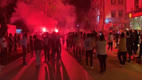 Beşiktaşlı taraftarlar sokakta sabahladı