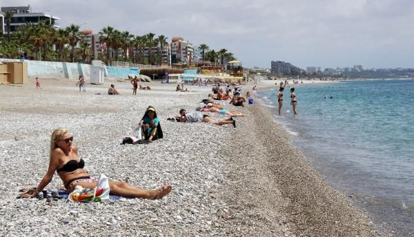 Turistler kapanmanın son gününde sahile akın etti