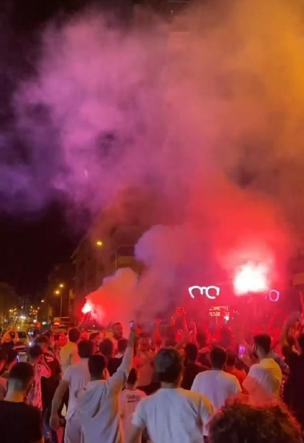 Beşiktaşlı taraftarlar sokakta sabahladı - Resim: 2