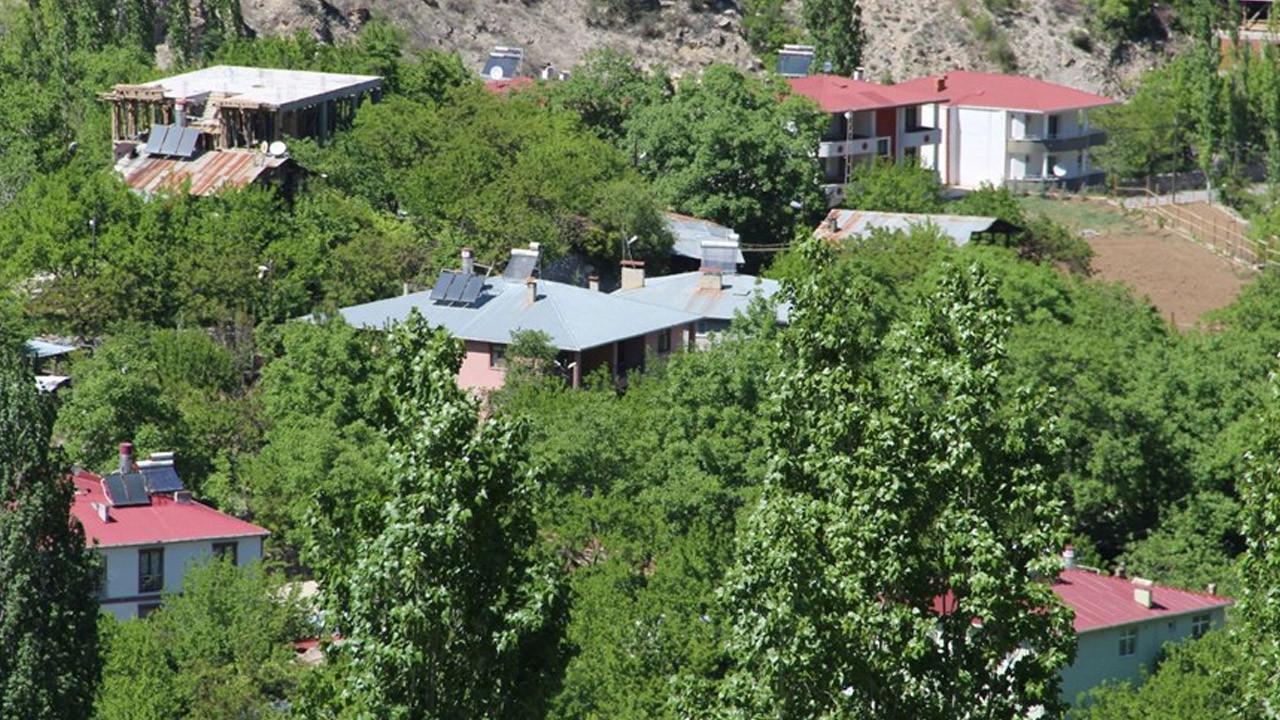 İki dağın arasında kalan köyü cennete çevirdiler