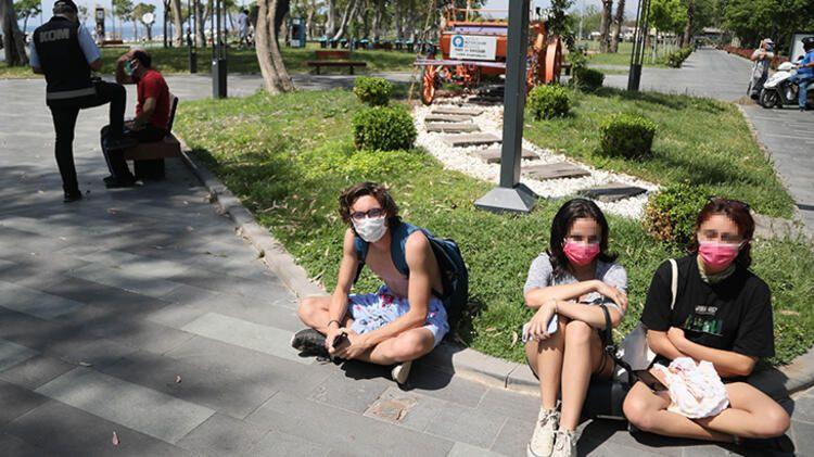 İğrenç olay: Kabinde üstlerini değiştiren genç kızları görüntüledi - Resim: 2