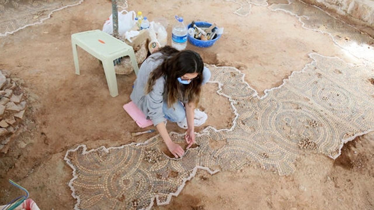 Cami avlusundan Roma dönemine ait mozaik çıktı