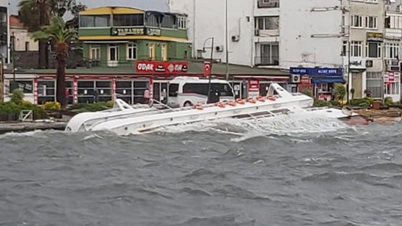 Balıkesir ve İzmir'de fırtına yıktı geçti: Onlarca tekne battı