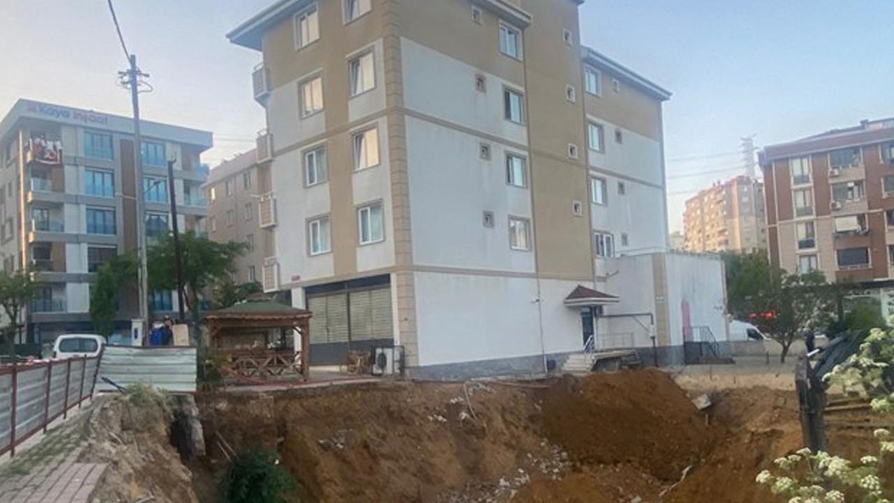 Pendik'te istinat duvarı çöktü, bina boşaltıldı