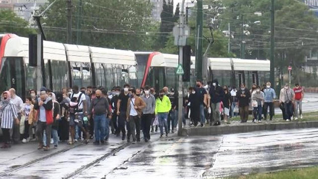 İstanbul'da tramvay seferlerinde aksama: Yolcular yürüdü