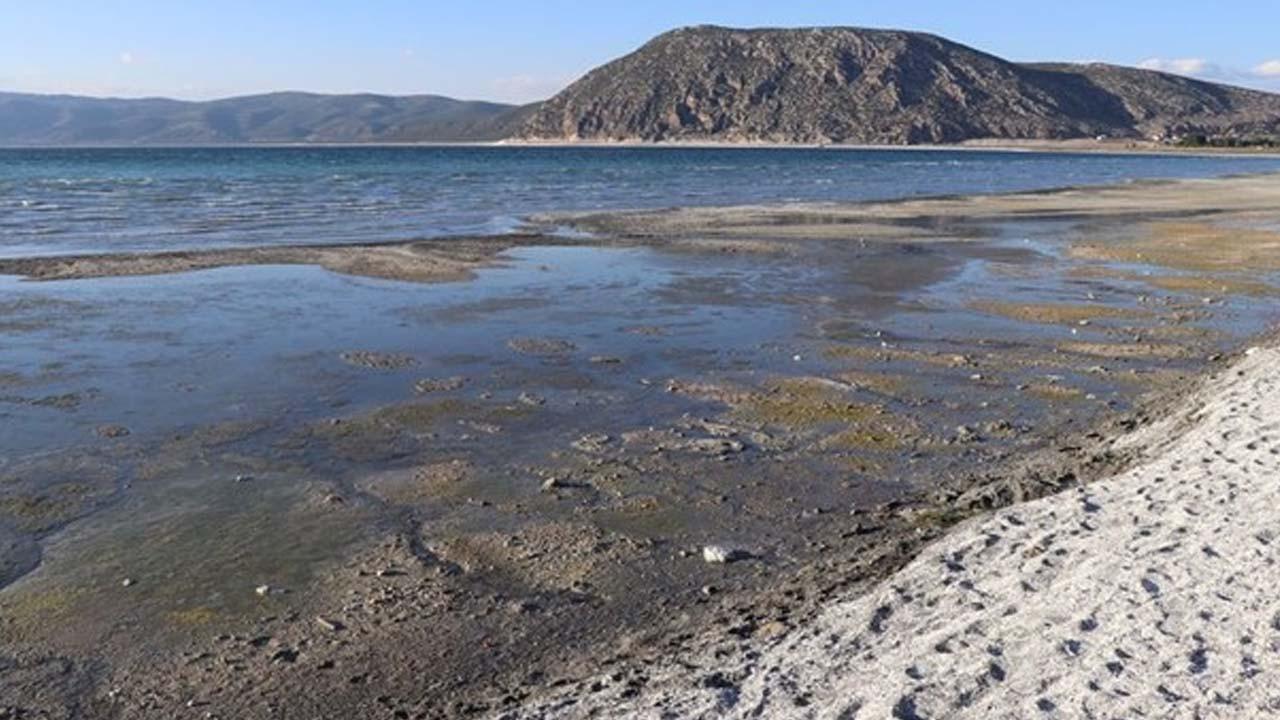 Bakanlıktan, Salda Gölü kıyısındaki renk değişikliği iddialarıyla ilgili açıklama