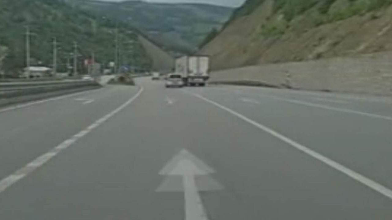Trafikte ölümüne inatlaşma anı kamerada