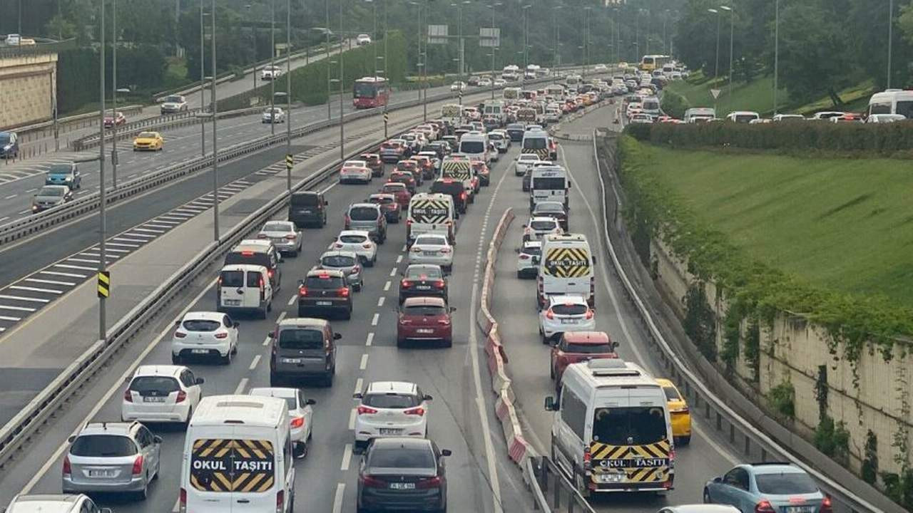 Hafta sonu yasağı bitti; trafik yine arap saçı!