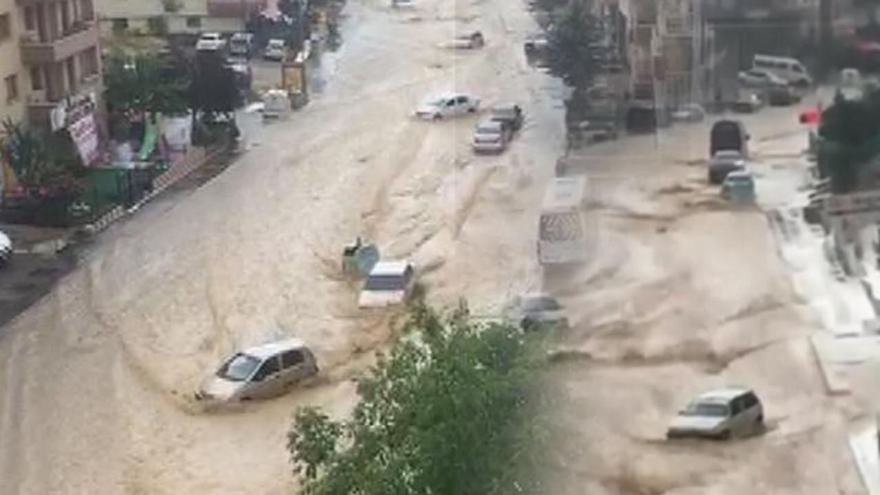 Ankara sele teslim: Araçlar sürüklendi, caddeler su altında kaldı