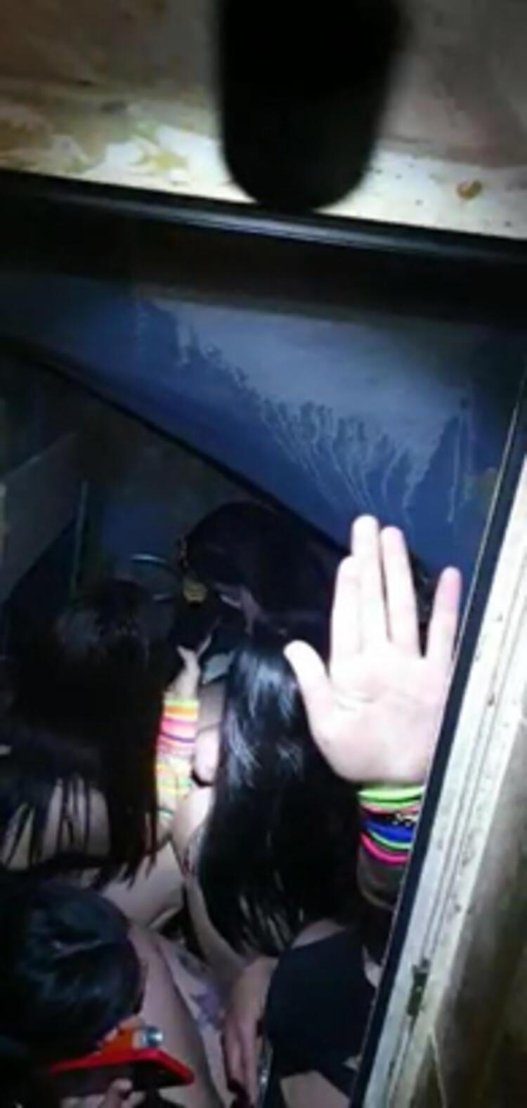 Şok baskın: 3 erkek kadınlar tuvaletinde yakalandı - Resim: 1