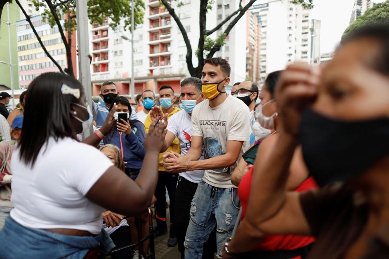 Venezuela'da 400 metrelik aşı kuyruğu - Resim: 3