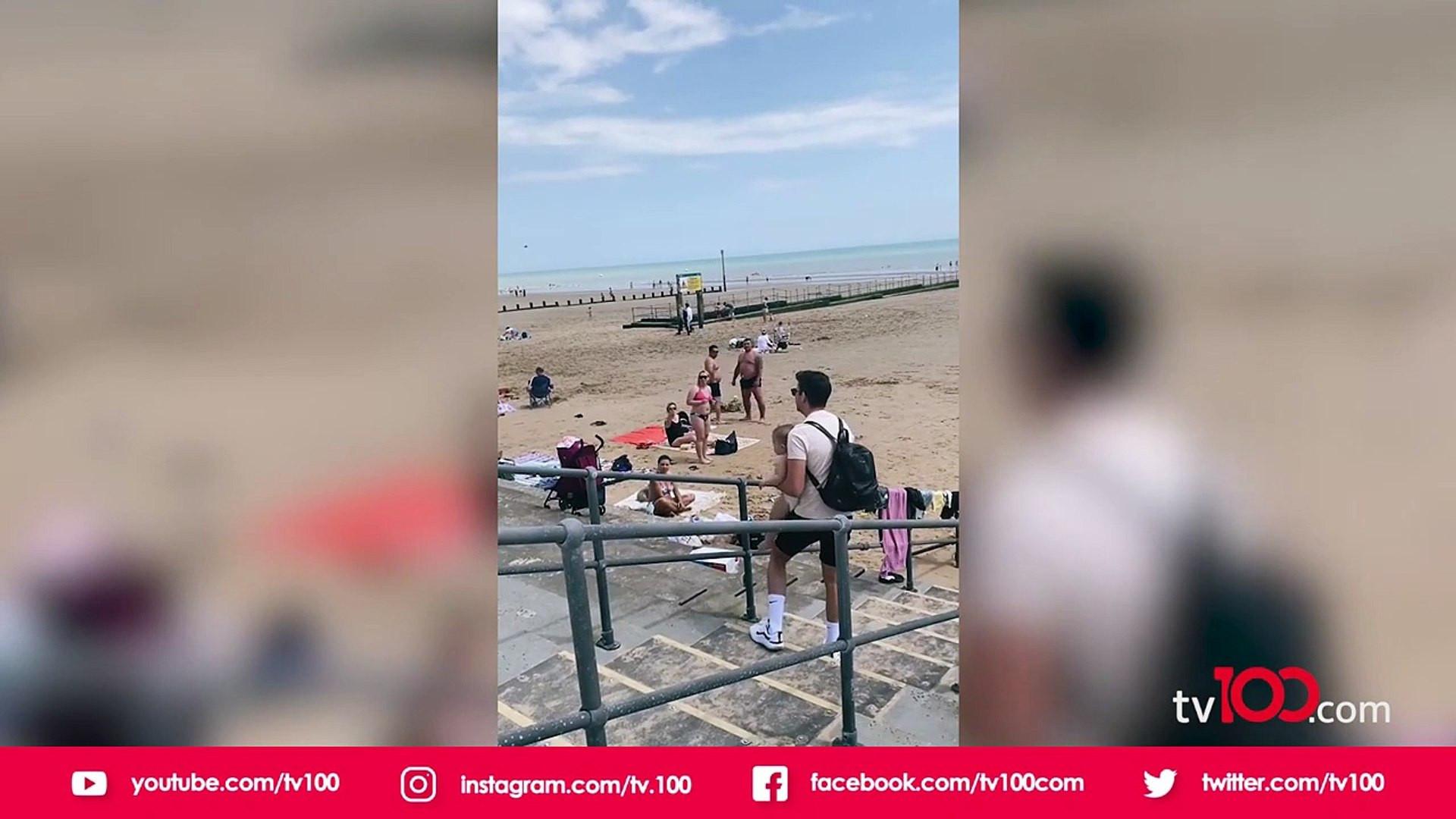 Plajdaki skandal görüntüler! Bu nasıl anne ?
