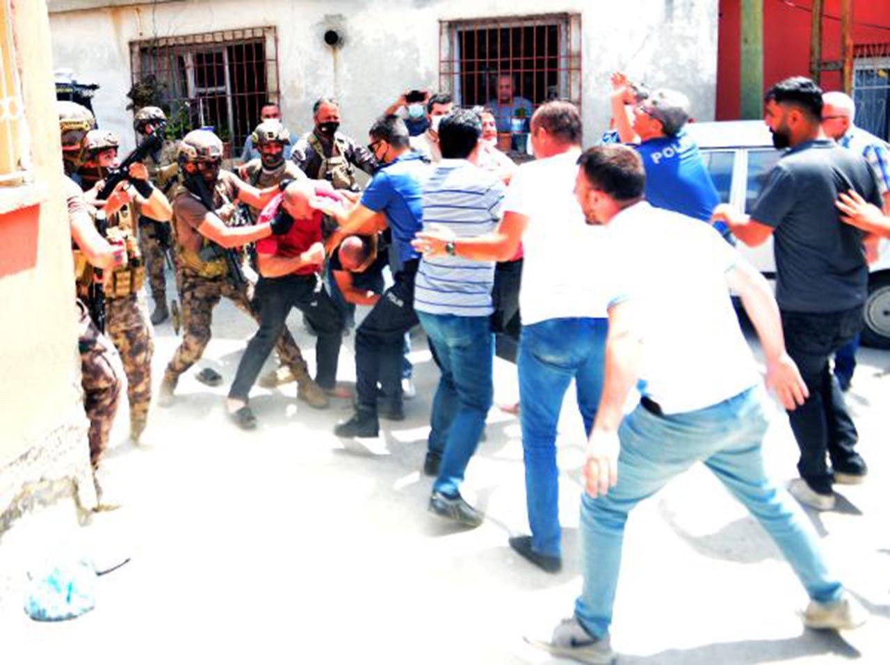 Mahalleyi ayağa kaldırdı: Linçten polis kurtardı - Resim: 2
