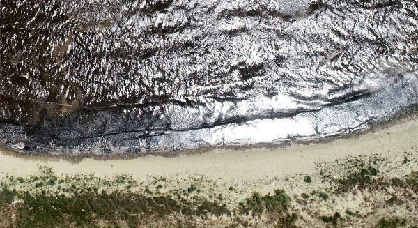 Sahilde kumun rengi siyaha döndü: ''Burada denize girmek intihar gibi...'' - Resim: 1