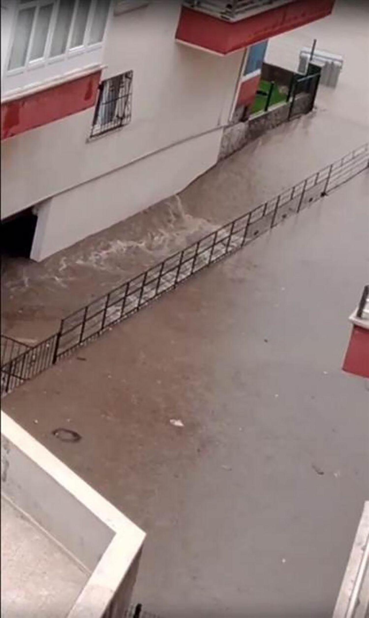 Yine Ankara yine sağanak: Hayatı felç etti - Resim: 1
