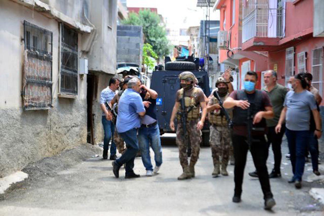 Mahalleyi ayağa kaldırdı: Linçten polis kurtardı - Resim: 1