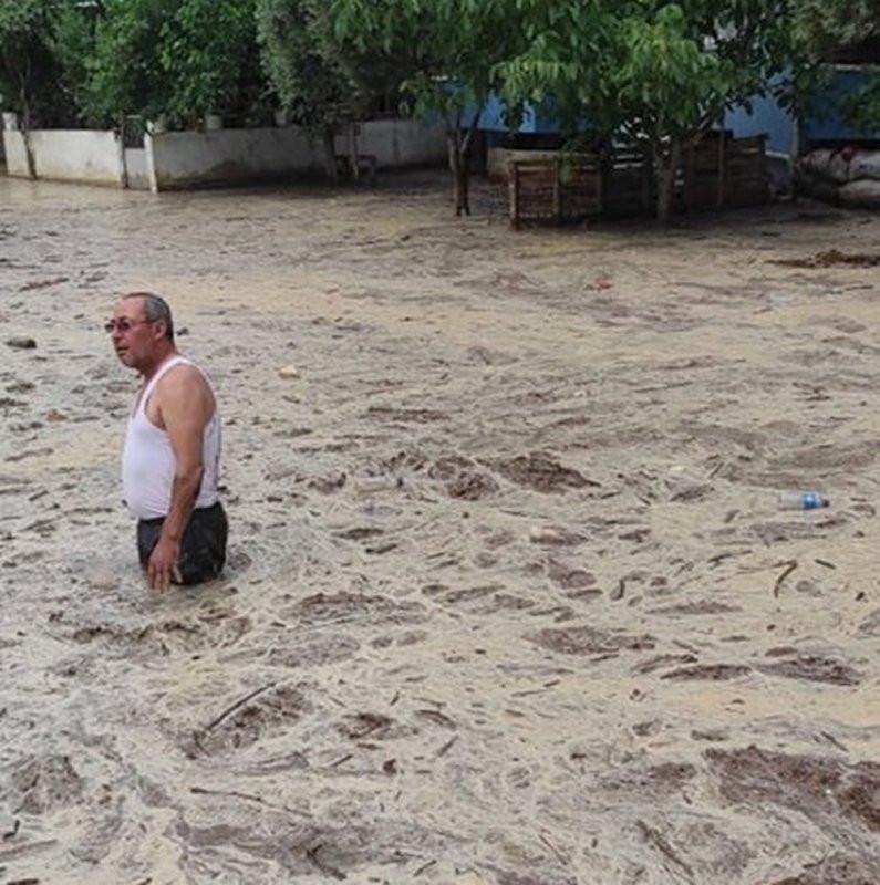 Sağanak yağış sele dönüştü; evler, cadde ve sokaklar çamurla doldu
