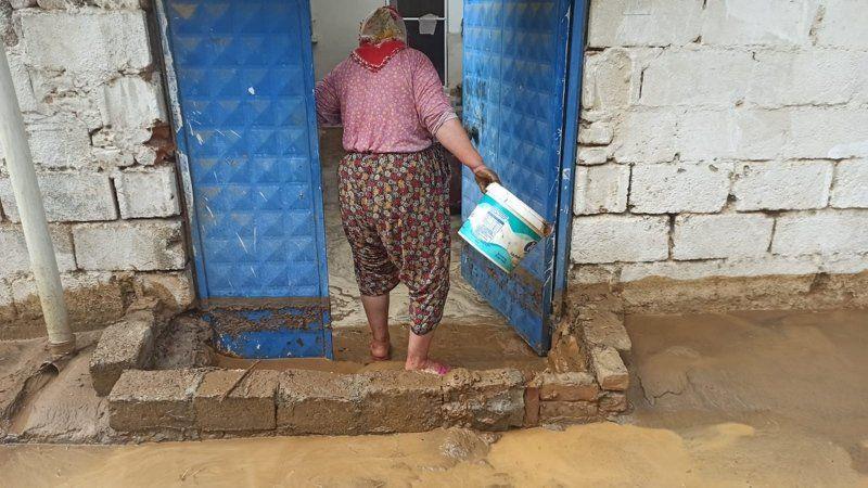 Sağanak yağış sele dönüştü; evler, cadde ve sokaklar çamurla doldu - Resim: 2