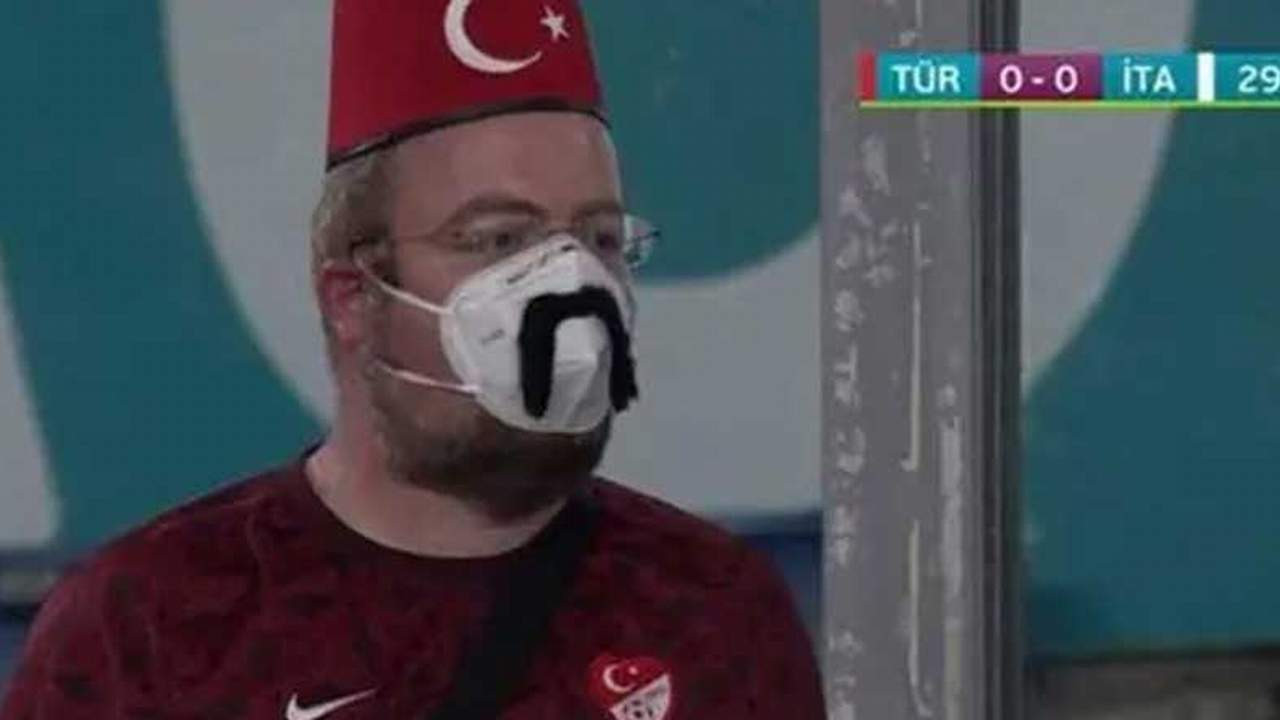 Milli maç sırasında ekranlarda dikkat çeken görüntü
