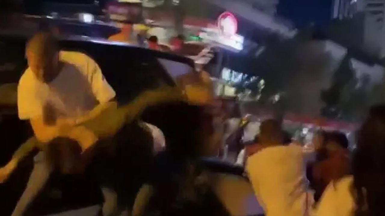 Sokak ortasında dehşet: Tekme, yumruk ve şişelerle saldırdılar