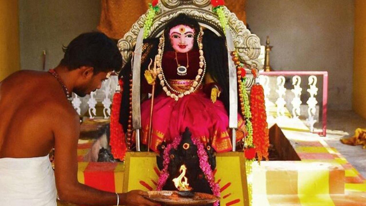 Hintliler yine yaptı yapacağını: Koronaya tapıyorlar