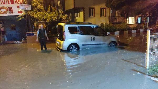 Sağanak yağış fena vurdu! Cadde ve sokaklar su altında