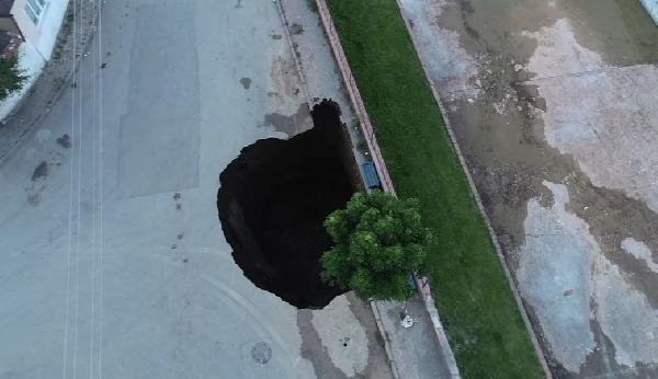 İnanılır gibi değil... Yol çöktü, tam 22 metrelik çukur oluştu