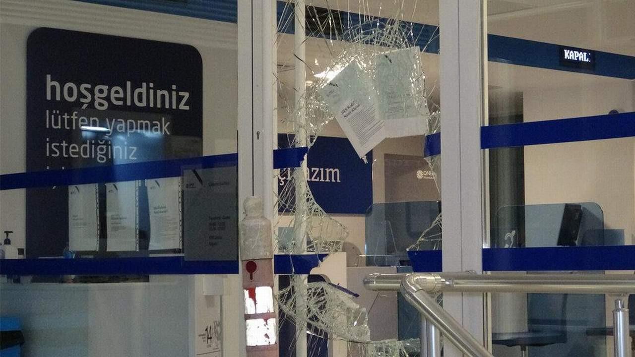 Banka hırsızları camı kırıp girdi... Bakın kaç para çaldılar!