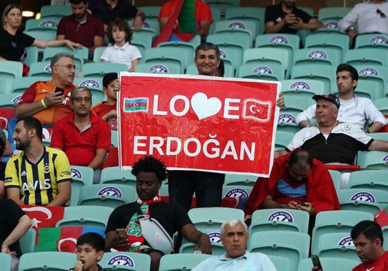 Türkiye-Galler maçında dikkat çeken pankart - Resim: 1