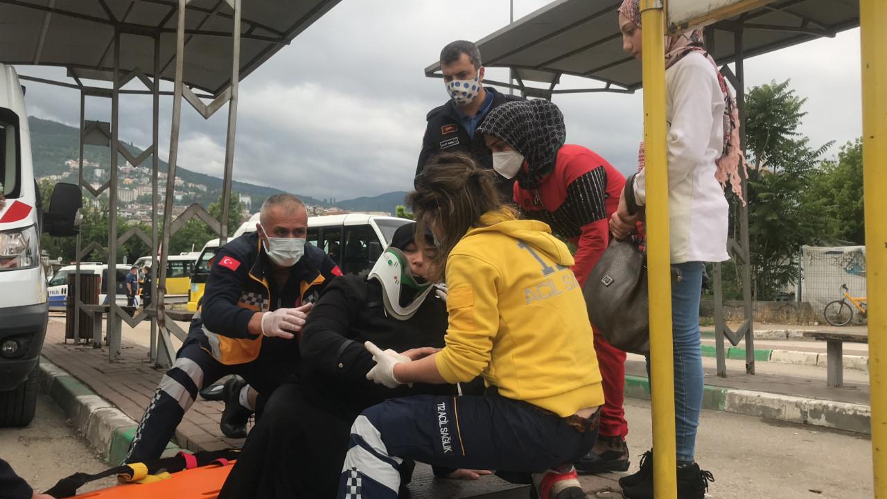Trafik canavarı durağa daldı: 1'i çocuk 5 yaralı var