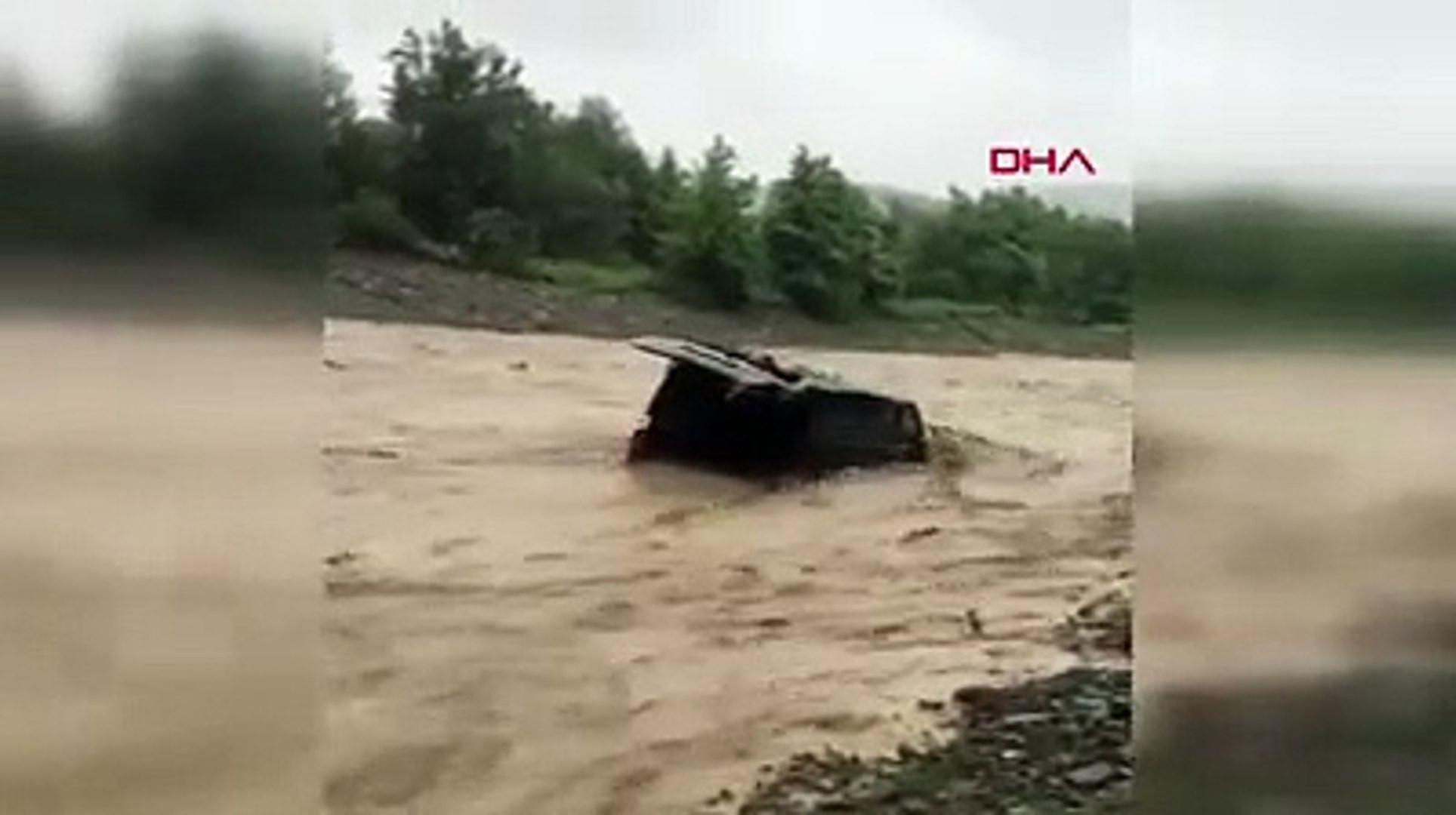 Samsun'da sel felaketi: Aracın sel sularına kapıldığı anlar kamerada