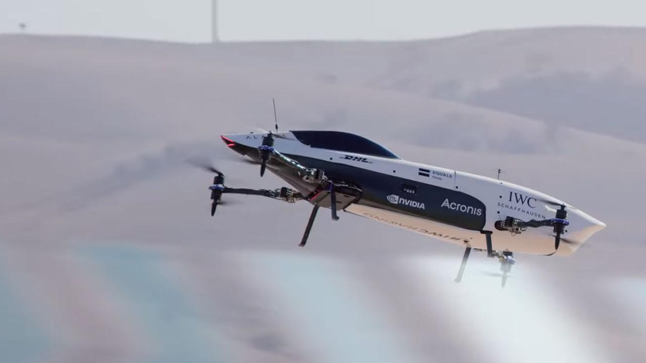 Dünyanın ilk uçan yarış otomobili havalandı