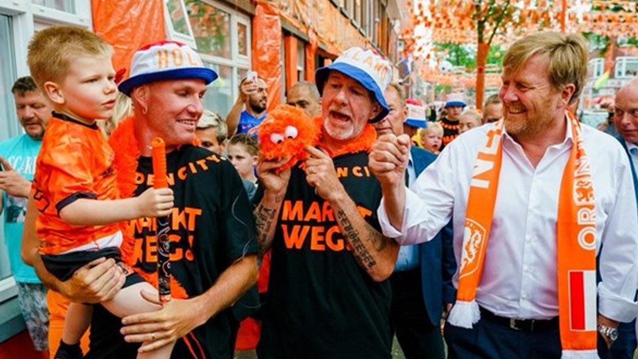 Hollanda Kralı sosyal mesafeye uymayınca...