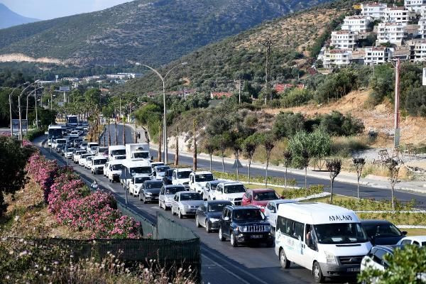 Türkiye'nin tatil cennetine akın: 1 günde 10 binden fazla araç geldi - Resim: 1