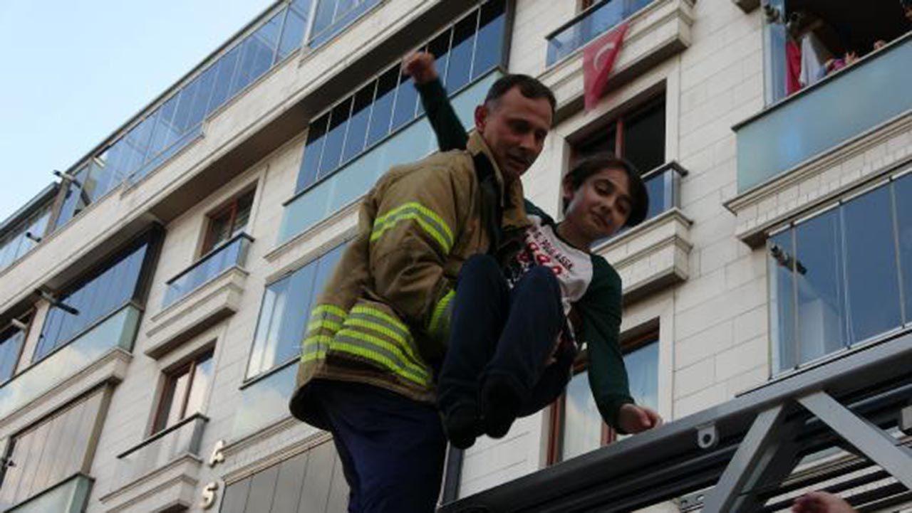 İstanbul'da 5 katlı apartmanda panik! Ağlayarak kurtulmayı beklediler - Resim: 3