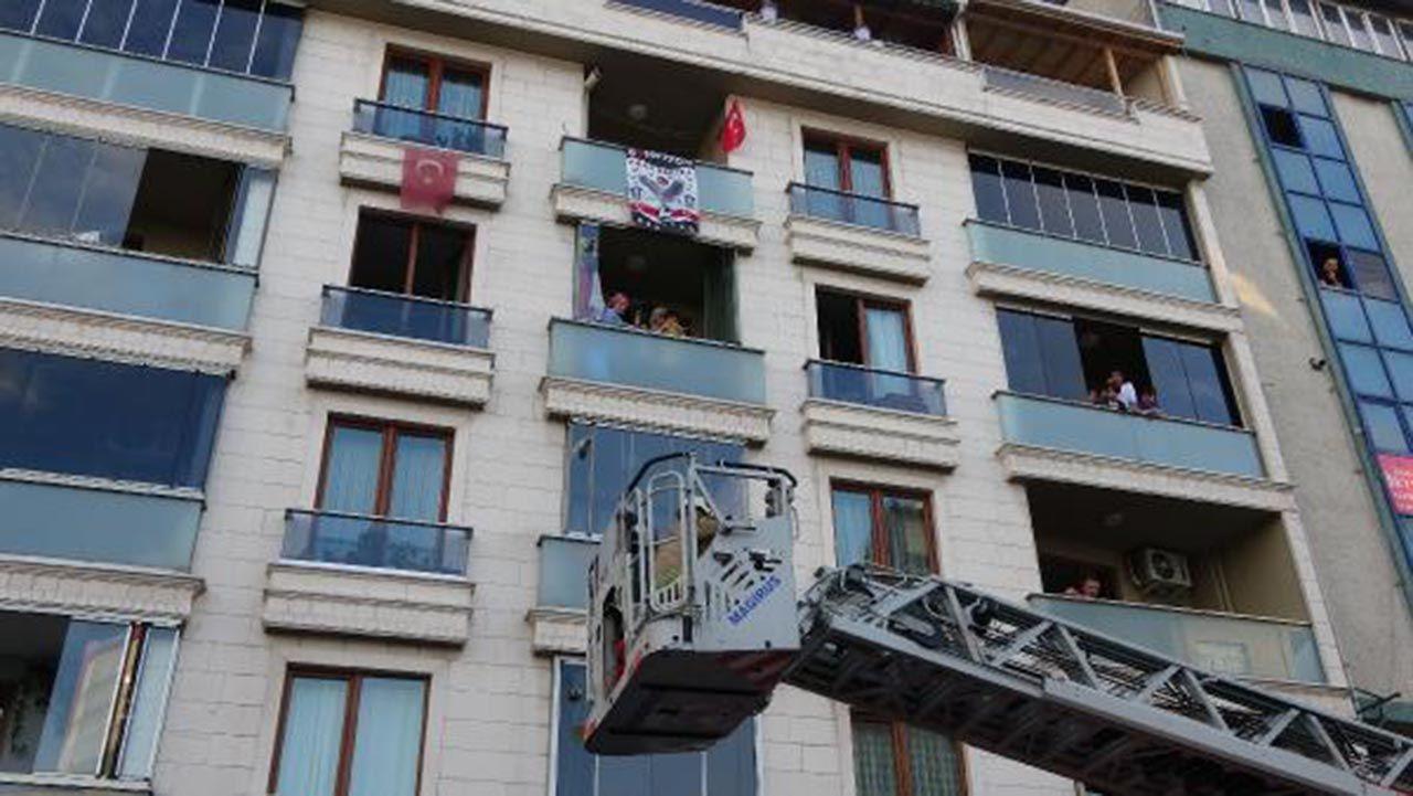 İstanbul'da 5 katlı apartmanda panik! Ağlayarak kurtulmayı beklediler - Resim: 1