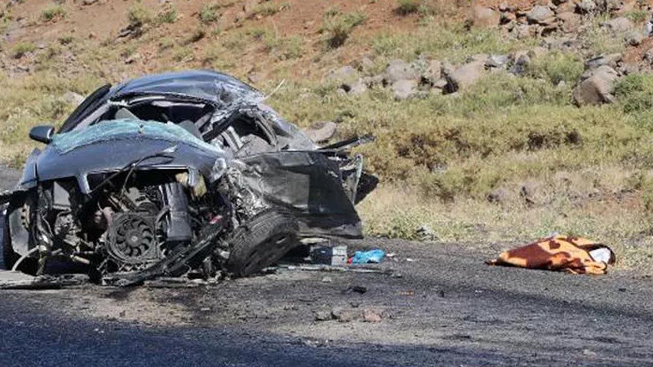 Diyarbakır'da tuğla yüklü kamyon ile otomobil çarpıştı
