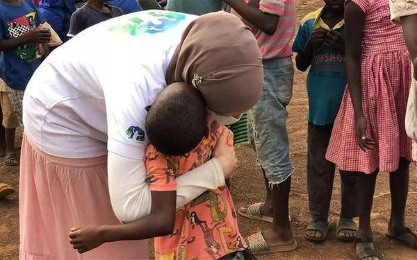 Gamze Özçelik Tanzanyalı çocukların yardımına koştu - Resim: 4