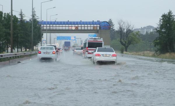 Sağanak yağış sokakları göle çevirdi