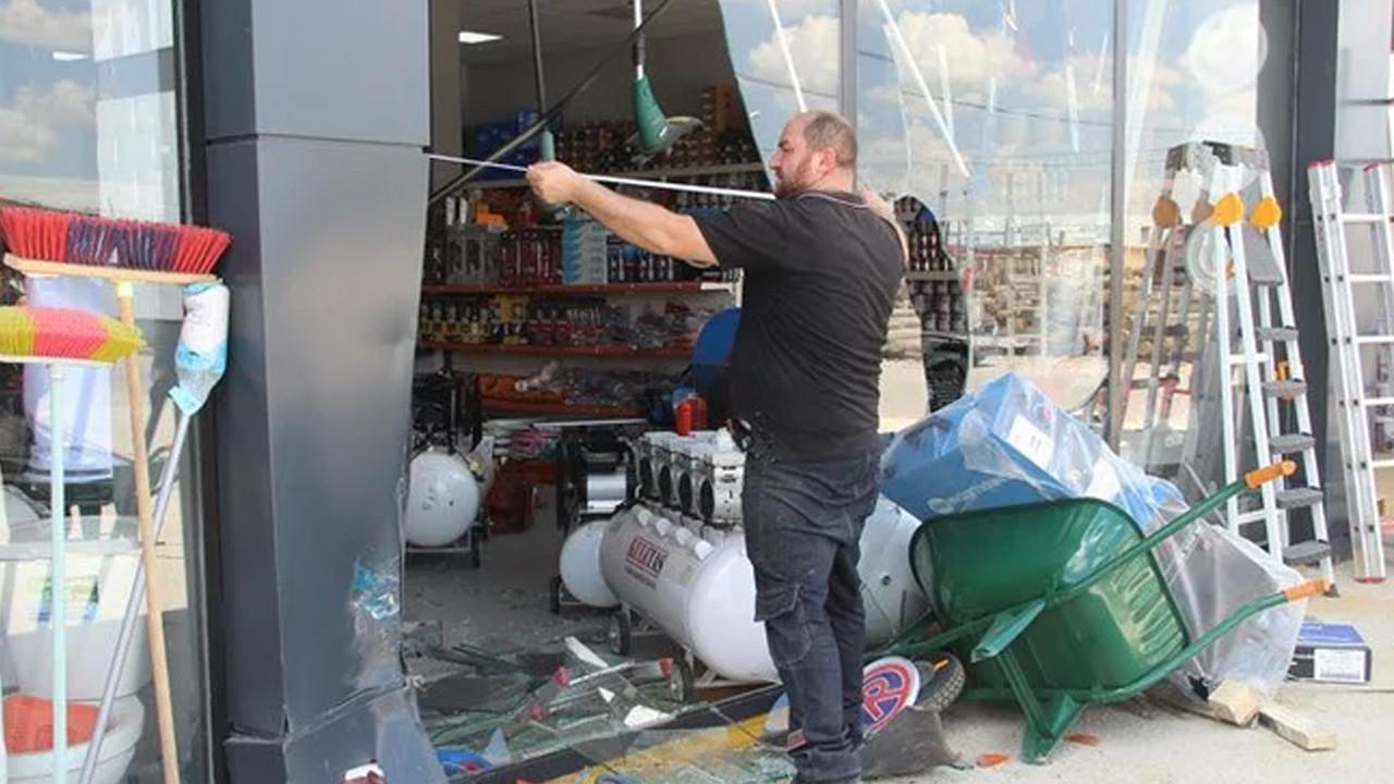 Sivas'ta şoke eden olay: Husumetli olduğu kişinin dükkanına arabayla girdi