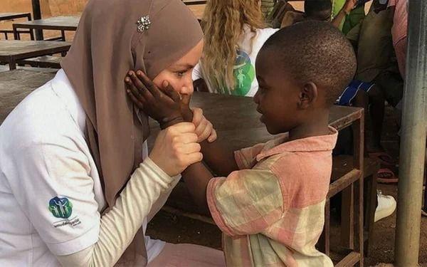 Gamze Özçelik Tanzanyalı çocukların yardımına koştu - Resim: 3