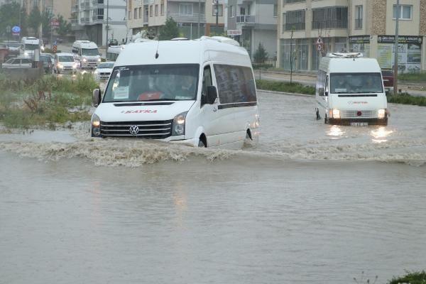 Sağanak yağış sokakları göle çevirdi - Resim: 4